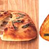 モッツァレラチーズがとろーり♪ご当地を代表するお菓子「おにぎりせんべい」が包み焼きピザになって宅配ピザチェーン アオキーズ・ピザから登場