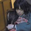 絶叫する寧子(趣里)を後ろから抱きしめる津奈木(菅田将暉)の姿も。映画『生きてるだけで、愛。』の世界観を切り取った場面写真全9点一挙公開!!