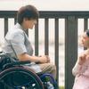 つぐみに照れた様⼦でネックレスをプレゼントする樹がカッコいい~♡ 映画『パーフェクトワールド 君といる奇跡』江ノ島デートの場面カット公開!