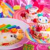 ハローキティ × KAWAII MONSTER CAFEが夢のコラボ♡ デコラティブなキティの虹色メニューやグッズ、特別コラボルームが登場!