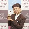 りゅうちぇる、ゴディバの制服姿で『ショコリキサー<ティー マジック シリーズ>』を食レポ☆ 可愛いトッピングがもらえる「魔法の言葉キャンペーン」も開催♪