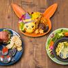 ピカチュウがハロウィンハットをかぶったり、ミミッキュの仮装をしたり♡ ポケモンカフェに期間限定のハロウィンメニューが登場!