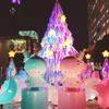 キキ&ララカラーの巨大クリスマスツリーが新宿サザンテラスに登場!限定スイーツも楽しめる『TWINKLE COLOR CHRISTMAS』開催中<レポ>パフ&ポフのマスコットブローチのプレゼントも♪